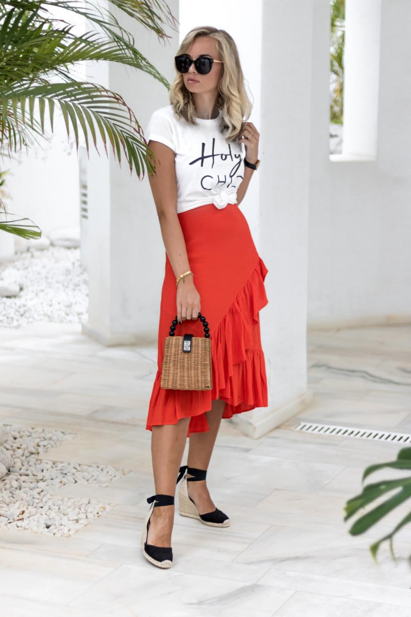 My Philocaly Outfit mit Lookabe Statement Shirt, rotem Minirock, Basket Bag und Espadrilles, Travel Diary Marbella 2018