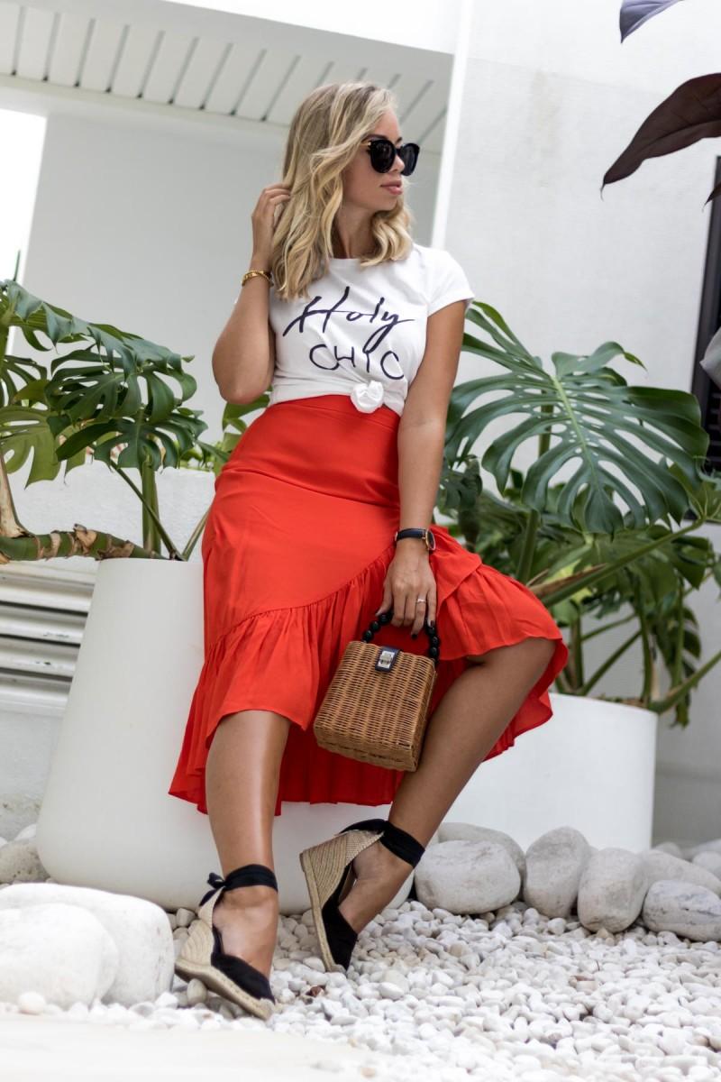 My Philocaly Outfit mit Lookabe Statement Shirt, rotem Minirock, Basket Bag und Espadrilles